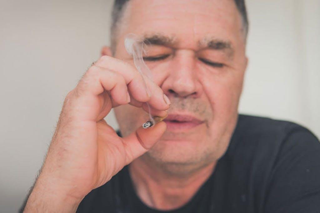 homem maduro fumando cannabis