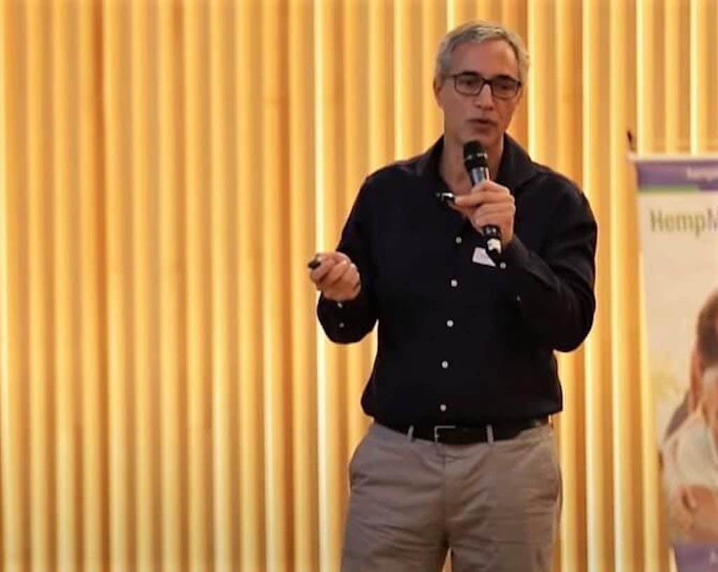 O médico brasileiro Eduardo Faveret fala sobre como definir a posologia da cannabis em tratamentos médicos