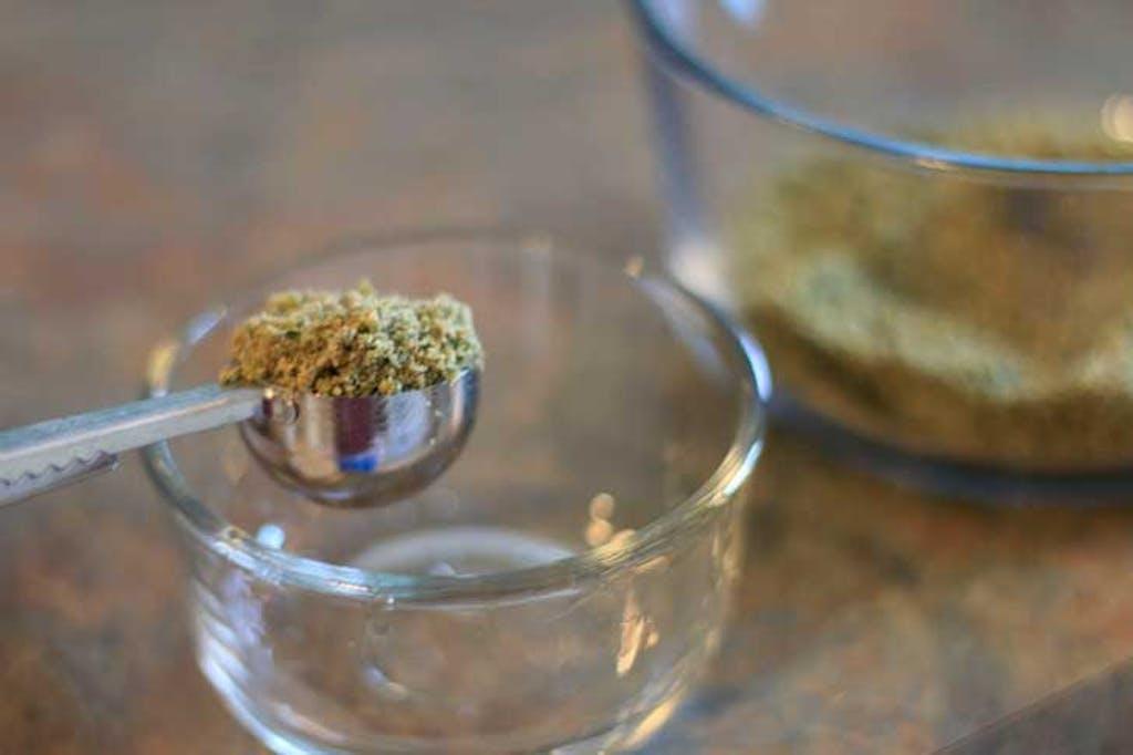 Die Menge an Cannabis, die Sie für Ihr Öl verwenden sollten, hängt von einer Reihe von Faktoren ab. (Kaleb Krötsch/123rf)
