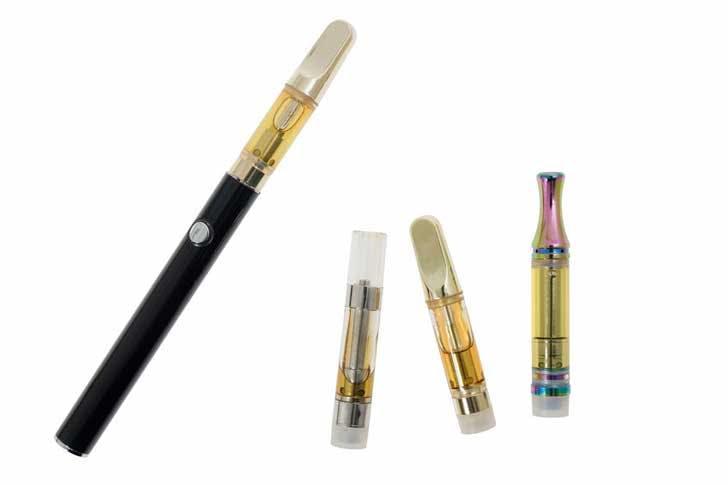 A vape pen and extra cartridges