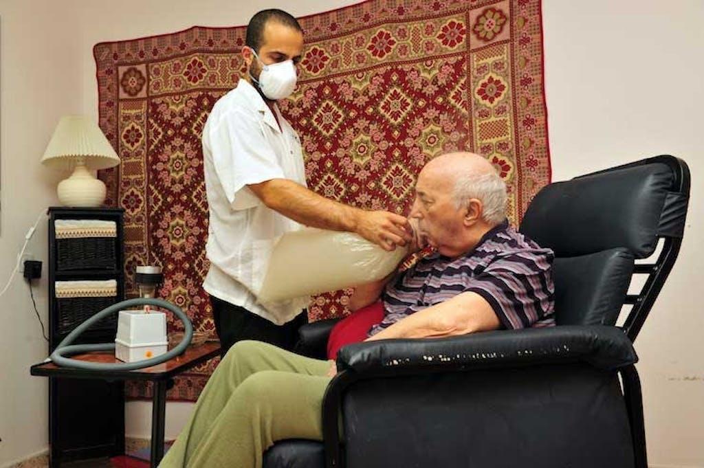 Em Israel, paciente inala cannabis.