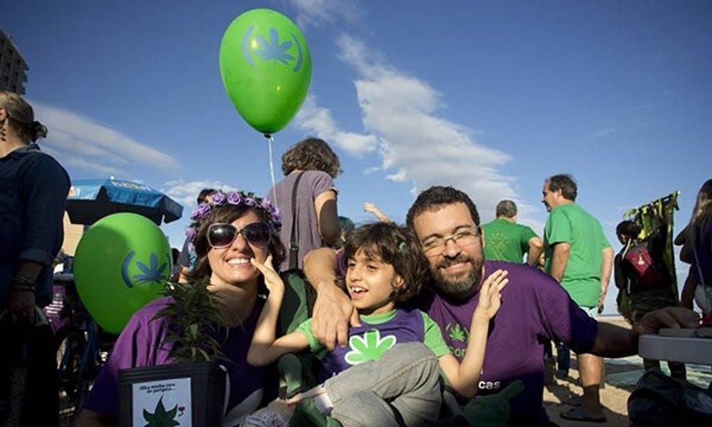 Atividade da cannabis medicinal, Margarete Brito e sua família em marcha