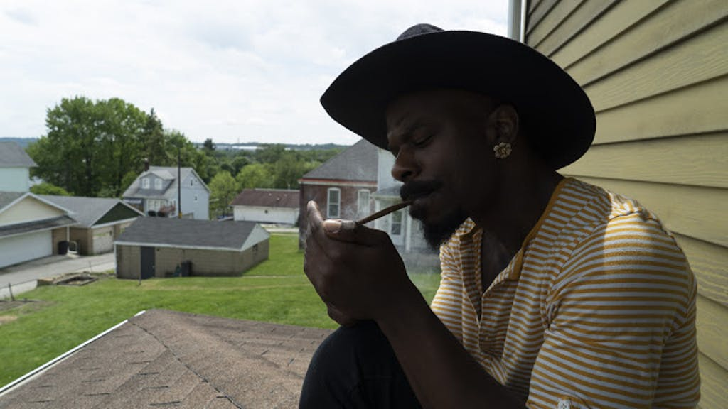 Homem fuma um baseado extragrande.