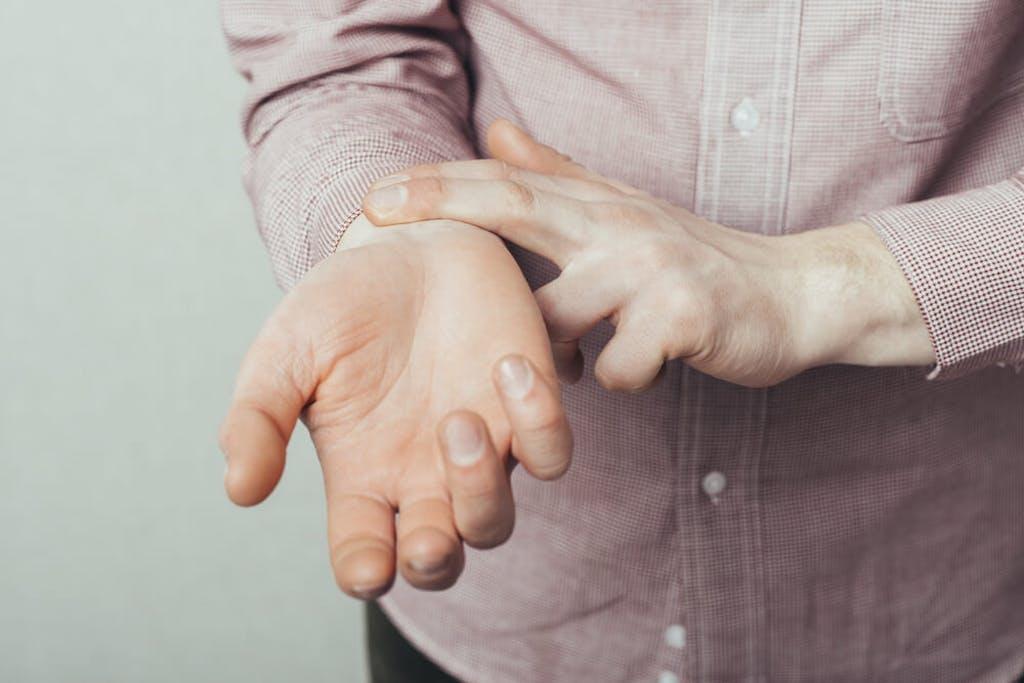 Homem mede a pulsação cardíaca.